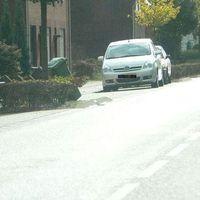 Hier steht der silberne Toyota Corolla Verso in der Parklücke vor Hausnummer 59. Die Meßstelle ist sehr beliebt (2007=10 mal  minimum). Der blaue, schwarze und graue Toyota Corolla Verso stehen auch hier. Messgerättyp: Gatso Digital RCS (Radar)