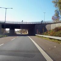 Anfahrtsansicht, die Schilder sind deutlich zu erkennen. Die Brücke ist übrigens die Hafenstraße