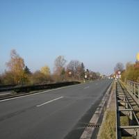 Anfahrt, von der Autobahn 73 kommend gilt erst 100, dann folgen 2mal je beidseitig die 70iger Schilder, dann die Messung. Von der Landstraße kommend ist direkt 70iger-Limit