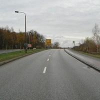 Anfahrt. Bis zum Haltestellenschild sorgen 4 Geräte rechts des Bürgersteigs, dass hier Raser ab 59 km/h konsequent zur Rechenschaft gezogen werden.