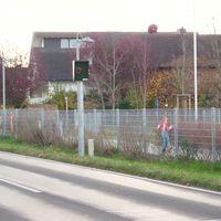 Ortseinfahrt bzw. Ortsausfahrt von Zellhausen in/aus Richtung Seligenstadt. Starenkasten befindet sich in Höhe einer Schule. Am Tag (montags - freitags) ist die Höchstgeschwindigkeit bis 18.00 Uhr auf 30 Km begrenzt. Wie sich das in den Schulferien verhält ist unbekannt.