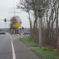 Starenkasten an der Kreisquerverbindung von Seligenstadt, Richtung Dietzenbach/Rödermark/Dreieich in Höhe Rodgau-Ring-Straße/Abfahrt zum Badesee. Hier der Kasten in Fahrtrichtung Rödermark/Dietzenbach. Vorsicht - es gilt Tempo 60 und die Ampel könnte magische Anziehungskräfte besitzen.