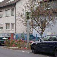 Starenkasten in 63263 Neu-Isenburg, Neuhöferstraße, Höhe Hausnummer 57. Montags bis freitags gilt von 7.00 - 18.00 Uhr nur Tempo 30. Hier die Kamera in Richtung stadteinwärts.