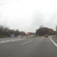 """Beim Abbieger von der A3 aus Richtung Frankfurt kommend zur A4 in Richtung Aachen warnt schon ein Schild """"Achtung - Radar!"""". Der Überwurf ist per Blechschilder auf 100 km/h begrenzt. Links ist noch die berühmte stationäre Geschwindigkeitsmeßlage an der VBA A3 Dreieck Heumar zu sehen."""