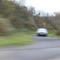 Ansicht Meßwagen, leider nur unscharf. Pkw Kombi (Opel Astra Kombi, dunkelblaugrün-metallic), Meßbeamte in Polizeiuniform.