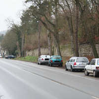 Anfahrtsansicht-der Wagen steht zwischen den dort parkenden Fahrzeugen etwa 1 km vor dem Ortsausgang in Richtung Jena-Isserstedt, Apolda, Weimar.