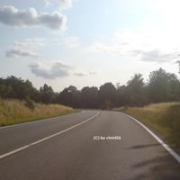 Anfahrt aus Richtung Aerzen. Die Straße verleitet zum zügigen Fahren. Etwa auf gleicher Höhe dieses Fotos wird von 100 auf 70 km/h beschränkt.