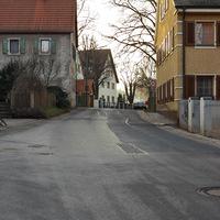 Anfahrt. Links mündet die Gutzberger Straße ein.
