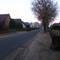 """Gegenansicht. Hier innerorts ist die Straße allerdings auch breiter als auf dem vorangehenden """"agO-Abschnitt"""", wo man bei Gegenverkehr auf's Bankett ausweichen muß."""