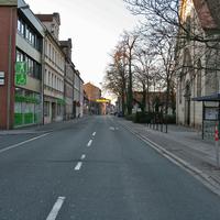 Anfahrtsansicht auf Höhe der Fußgängerampel. Rechts: Bushaltestelle und Kirche. Theoretisch kann man hier das Radarfahrzeug schon erkennen.