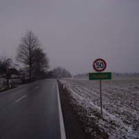 Anfahrt.Man kommt von Königsdorf über lange Schnurgerade mit 100 dann kommt Trichter auf 70 und dann  50 wie auf die Foto