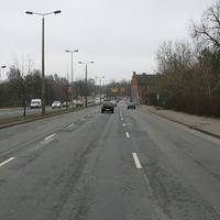 Anfahrtsansicht. Rechts im Gestrüpp die sonstige Messstelle der Polizei. Weiter vorne am Vorfahrtsstraßenschild befindet sich die Fotolinie.