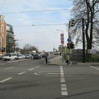 Anfahrtsansicht in Rtg. Schloss. Und hier beginnt meine Kritik: Ein nicht unerheblicher Teil der Autofahrer kommt hier von rechts aus der Stellingstraße und biegt rechts ab. Durch die mächtige Ampelanlage und Fußgängerampel hat man keine Chance, das 30 km/h-Schild wahrzunehmen.