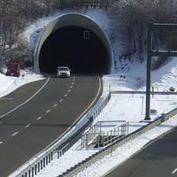 Hier spuckt der Tunnel seinen Inhalt aus,und was ist denn da??? Eine Geschwindigkeitskontrolle. Es ist ja auch wieder mal Wochenende.