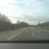 Anfahrt: schon von weitem ist der (bekannte) blaue Laser-Bus auf der linken Seite zu erkennen...