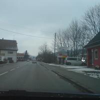 Anfahrt Richtung Saalfeld / Ludwigsstadt: inzwischen auch schon im Raum Kronach bekannt ist der weiße Bus der Firma GKVS aus Zirndorf... hier war die letzte Chance zu bremsen, zu sehen war nur der Einseitensensor (siehe Pfeil)