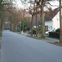 Anfahrtsansicht von der Ammerländer Heerstrasse kommend,  Messwagen (weißer Ford Mondeo) stand in der Einfahrt zum Rehweg.