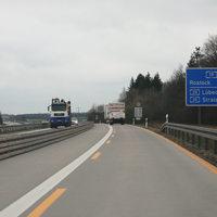 Anfahrt auf die Messstelle, welche in etwa einem Kilometer folgt. Die Messstelle befindet sich in der Baustelle (15 km) zwischen der AS Laage und AS Kavelsdorf, etwa 1,5 km nach der Einfahrt der AS Laage.