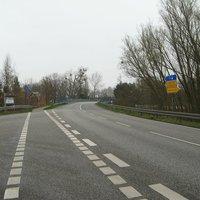 Anfahrt aus Richtung Schwerin. Aus Schwerin kommend gelten 70 km/h in Verbindung mit dem roten Gefahrenschild Kurve. Die 70 werden nach der Einmündung aus Rtg. Wickendorf nicht mehr wiederholt. Die Messung ist ausreichend weit vom Kreuzungsbereich entfernt, so dass Autofahrer aus Wickendorf unwissend ab 79 km/h geblitzt werden.