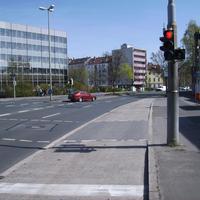 Anfahrtsansicht. Von links kommt der Verkehr von der Markgrafenstraße.