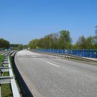 Anfahrt. Wir befinden uns noch im Landkreis Parchim. Die Messung erfolgt am Ende der Brücke (roter Brückenpfeiler), welcher sich auf dem Hoheitsgebiet der Landeshauptstadt befindet.