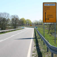 Anfahrt auf die Messstelle, bei der maximal nur 70 km/h erlaubt sind. Die Messung findet kurz vor dem im Hintergrund sich befindenden Schild statt.