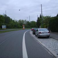 Anfahrtsansicht. Hinter uns liegt die Einmündung zur Herpersdorfer Straße.