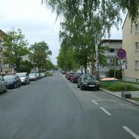 Anfahrtsansicht. Hinter uns liegt die Einmündung zur Andreas-Hofer-Straße.