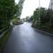 Anfahrtsansicht. Die erlaubten 30km/h sind kaum zu übersehen. Die Enge der Straße rechtfertigt dies durchaus.