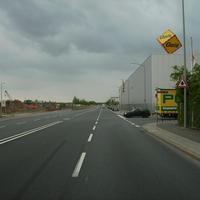 Anfahrtsansicht. Rechts kreuzt die Duisburger Straße. Aus der Gegenrichtung kommt das Gewitter.