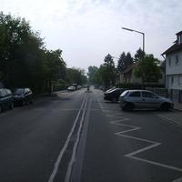 Anfahrtsansicht. Rechts im Hintergrund kreuzt die Feuchtwanger Straße.