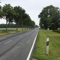 Anfahrtsansicht: 70er Zone innerorts, Messfahrzeug (grauer VW Touran) stand in der Einfahrt zur Feldstraße