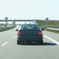 Anfahrtsansicht auf die Verkehrskontrolle. Gleichzeitig wird mittels Lasermessgerät die Einhaltung der zulässigen Höchstgeschwindigkeit überwacht.