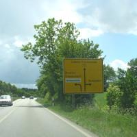 Anfahrt auf B 76 aus Niendorf / Ostsee kommend An der kommenden Abzweigung stehen die Gerätschaften ...