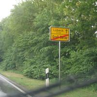 Anfahrbild aus Richtung Ratzeburg kommend zur A 20 . Ortsende von Gr. Sarau noch ca. 600 mtr. bis zum Tatort.