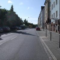 """Anfahrtsansicht kurz vor der Einmündung """"Uzstraße"""" und Höhe der Bushaltestelle Herzogstraße."""