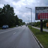 Anfahrtsansicht kurz vor dem Aldi auf der rechten Straßenseite.