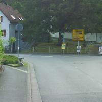 Auch dieser Standort ist neu. Die Radarfall war kaum zu erkennen, gemessen wurde nur Richtung Ortsausgang (Dorfweil). Auch hier: Goldgrube, in meinen 5 min Fotos machen 3x rot... Der passat trägt ein RÜD- Kennzeichen.