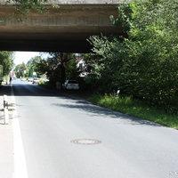 Anfahrtsansicht: Direkt unter der Autobahnbrücke der A28