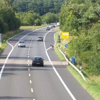 Anfahrtansicht. Seit 2 Jahren gilt auf der B51 70 km/h, da schon viele Unfälle passiert sind.