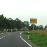 Der Ort Kabelhorst liegt an der L 58, das ist die Verbindungsstrasse von Cismar nach Lensahn. Kurz vor der Autobahnanschlußstelle 12 der A 1 ( Lensahn) liegt ein Gehöft auf der rechten Seite einer langgezogenen Rechtskurve ...