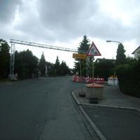 """Anfahrtsansicht auf der Straße """"Am Wasserturm"""", die an dieser Einmündung zur Wassermannstraße wird."""