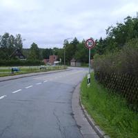 Anfahrtsansicht nach den zwei 90° Kurven. Hier gilt im gesamten Bereich 30 km/h.