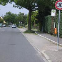 Anfahrtsansicht kurz hinter der Kreuzung Kieler Straße an der Bushaltestelle.