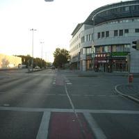 Anfahrtsansicht Höhe der Kreuzung Rollnerstraße.