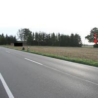 Anfahrt auf die Messstelle. Diese befindet sich etwa 700 Meter nach dem Ortsausgang Züssow in Richtung Wolgast. Der rote Pfeil markiert den Standort des dazugehörigen Messfahrzeuges.