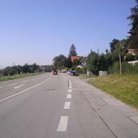 Hinter der Kreuzung, gleich nach der Ortseinfahrt.
