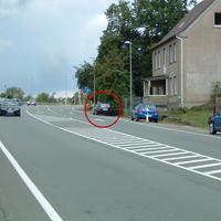 Recht unauffällig parkt der schwarze Golf Kombi TDI am rechten Fahrbahnrand.