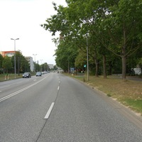 Anfahrt. Die Strecke hat vor der Messstelle eine leichte Kurve, so dass weit vorausschauende Autofahrer hier einen klaren Vorteil hatten, wenn sie die Geschwindigkeit überschritten.