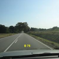 Anfahransicht auf der B 75 von Hamberge / Reinfeld in Richtung Lübeck fahrend. Dort, wo die großen Allee-Bäume stehen, wird die Geschwindigkeit gemessen.